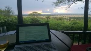 scrivendo il blog nel Serengeti
